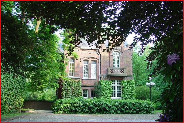 e4e934b8191 Het paviljoen werd in het begin van de 20ste eeuw bewoond door Louis  Charles de Forcheaux. Hij was gescheiden, hetgeen in die tijd een zeldzame  gebeurtenis ...